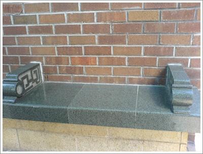 sidewalk_砵典乍街的石椅.jpg