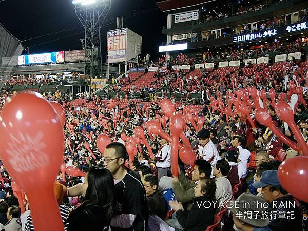 全場吹起紅氣球