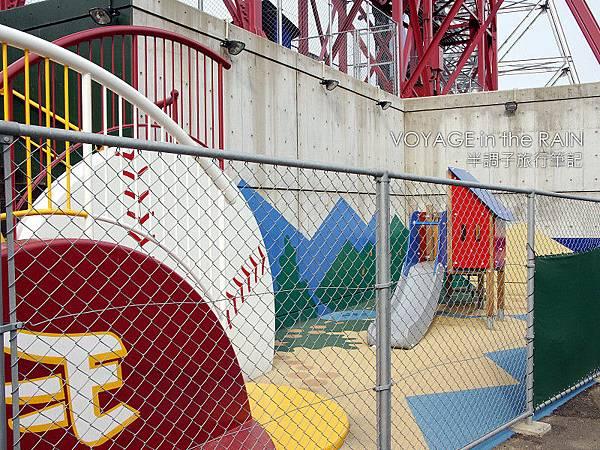 外野後方的兒童遊戲區