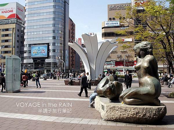 人行道上的雕塑