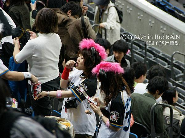 戴B.B頭飾的女球迷