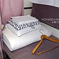 床上附有睡袍、床單、衣架