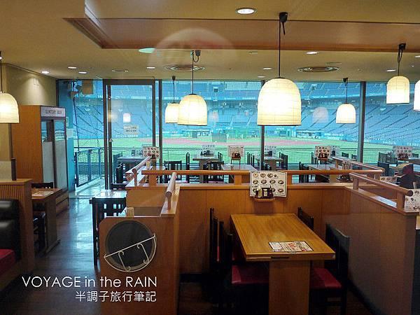 能看到球場內的餐廳