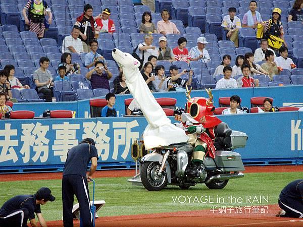 騎著摩托車進場的真田幸村