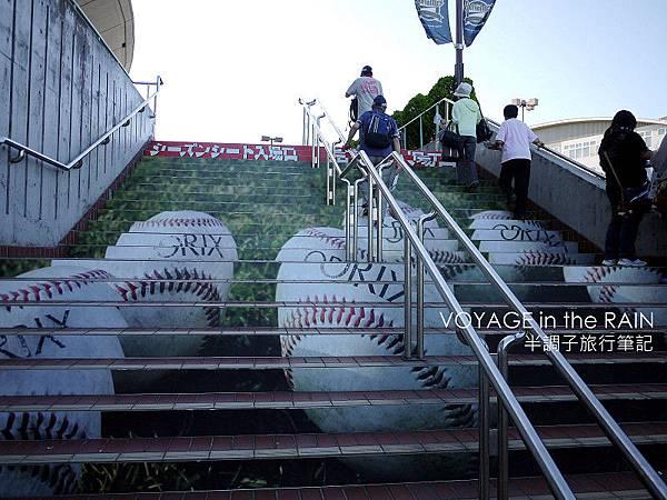 階梯上的棒球圖樣