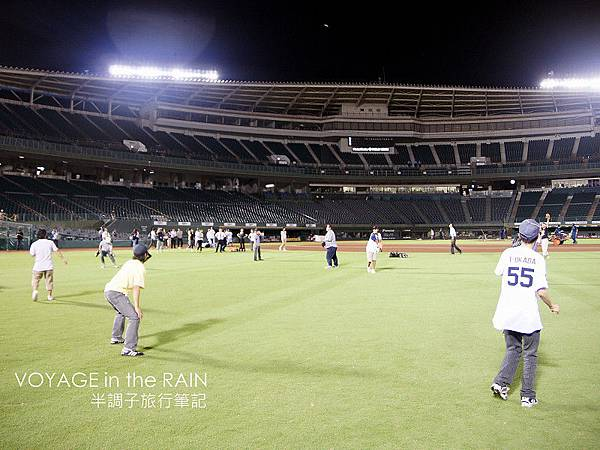 在草皮上玩傳接球