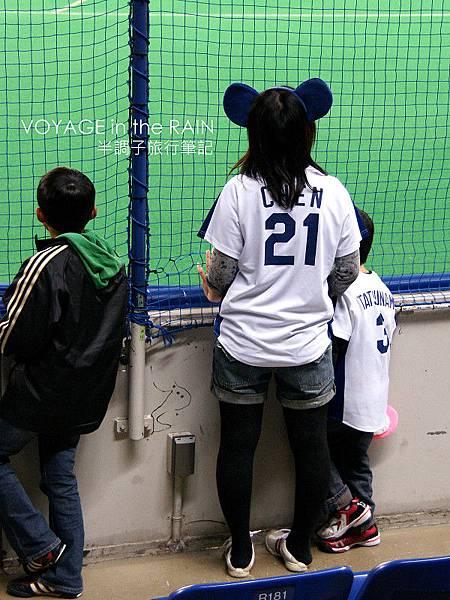 穿陳偉殷球衣的媽媽