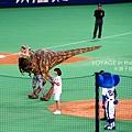 開球的是女主播和…恐龍?