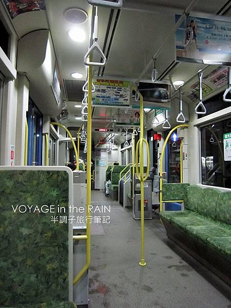 夜晚沒什麼人的電車裡