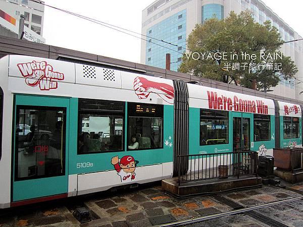 塗裝廣島隊LOGO的電車