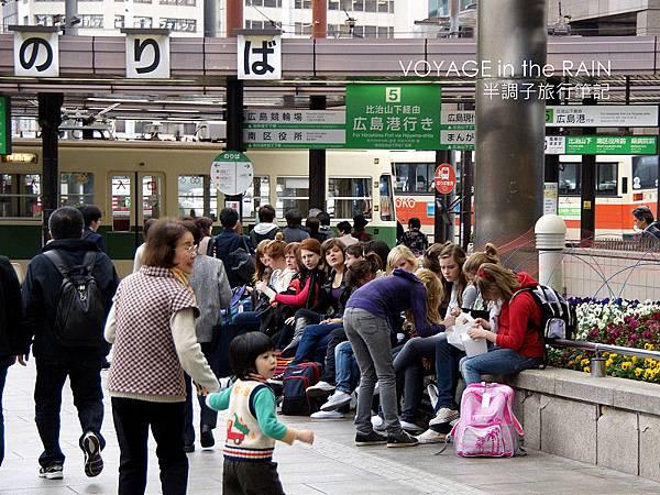 車站外一群外國妹