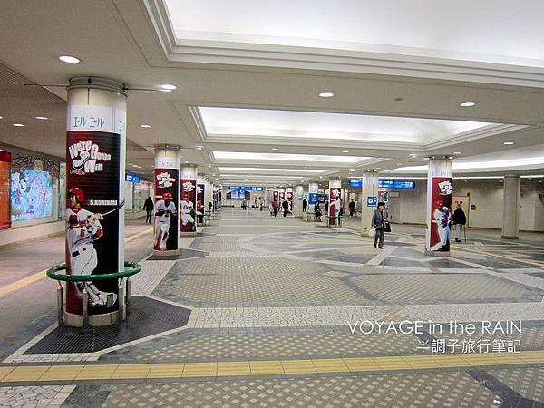 廣島車站內的球員看板