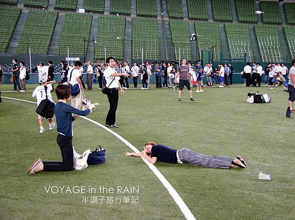 趴在草皮上的感覺是什麼?