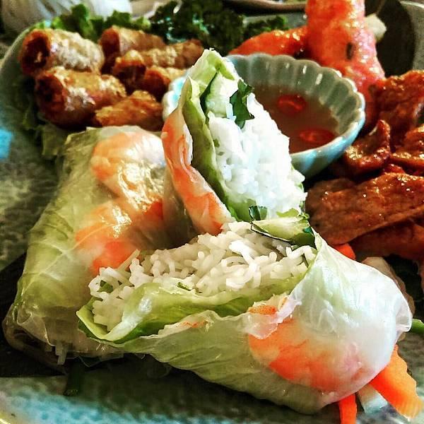 台中越南菜 四品拼盤 鮮蝦生春捲、炸春捲,越式香茅排骨、甘蔗蝦 推薦 好吃