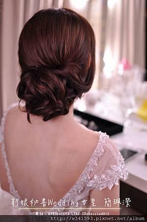 公主在宴客前有個戶外證婚的儀式,因證婚儀式大多都是面對證婚人,而背對觀禮的賓客,故在儀式時將飾品擺放經典位置✨,讓背影也超殺底片,進場時將飾品改為皇冠整個就像童話故事的公主