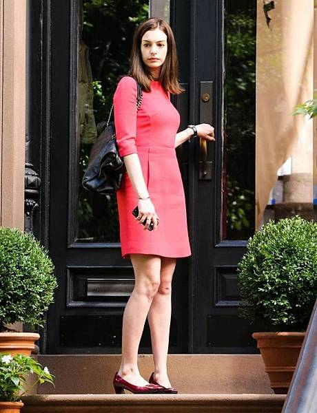 anne-hathaway-the-intern-set-photos-new-york-city-september-2014_2