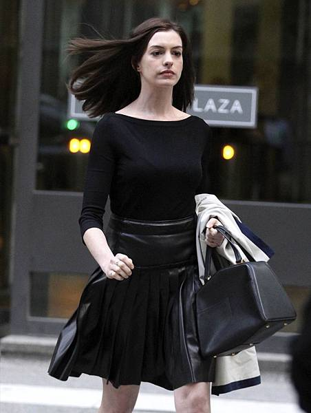 anne-hathaway-leggy-the-intern-set-pics-september-2014_2