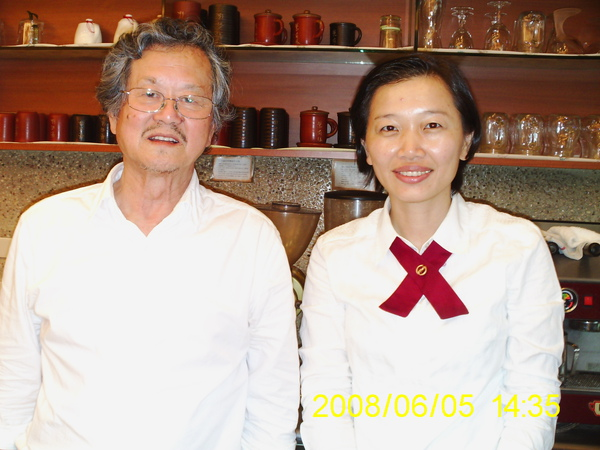 春姐與黃春明作家合照2.JPG