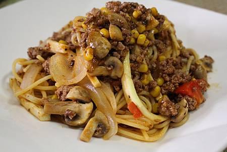 福華黑胡椒醬牛肉玉米磨菇蕃茄筊白筍洋蔥義大利麵