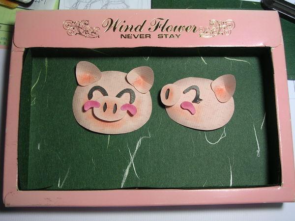 外框是小時候拿到的文具盒(通常裡面有便條紙、筆蕊、橡皮擦等)