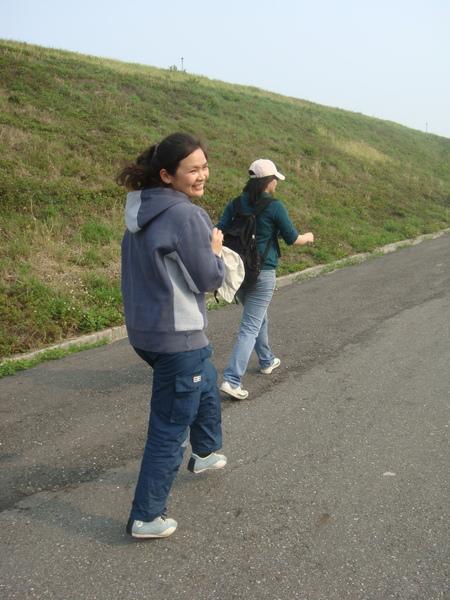 然後我同事說要幫我背裝了七瓶礦泉水的背包,我開心的邊走邊跳啊!