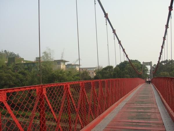 連接我們學校的紅色吊橋