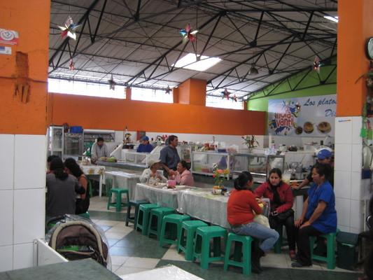 市場裡的熱食區(Central Market, Banos)