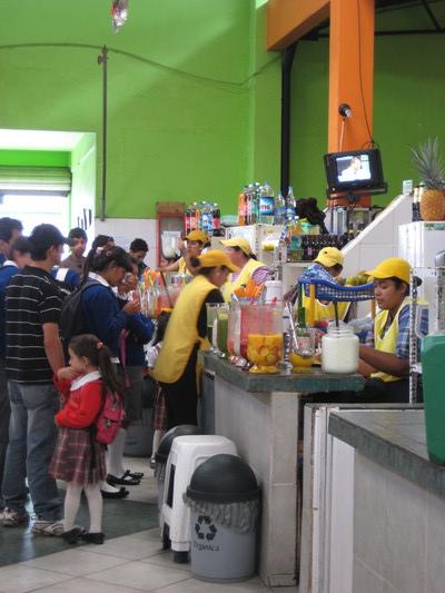 市場裡的果汁區(Central Market, Banos)