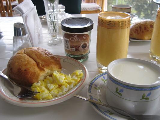 旅館提供的早餐(Crystal Palace, Loja),麵包、炒蛋、果汁、咖啡牛奶