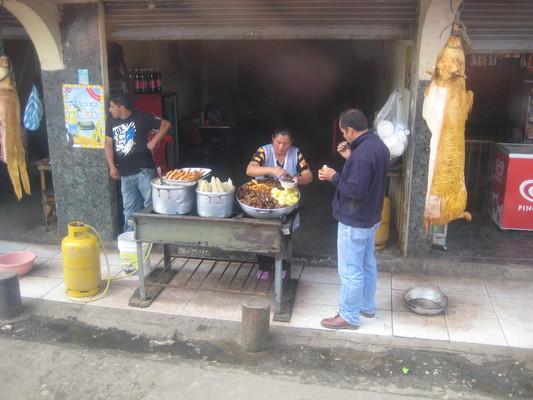 典型的厄瓜多路邊小吃(Cuenca往Banos的路上)