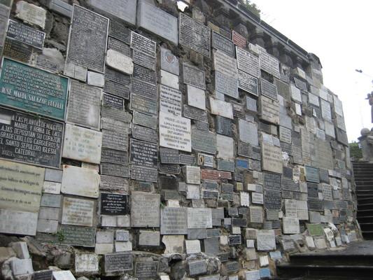 兩旁石壁上貼滿許願的牌子