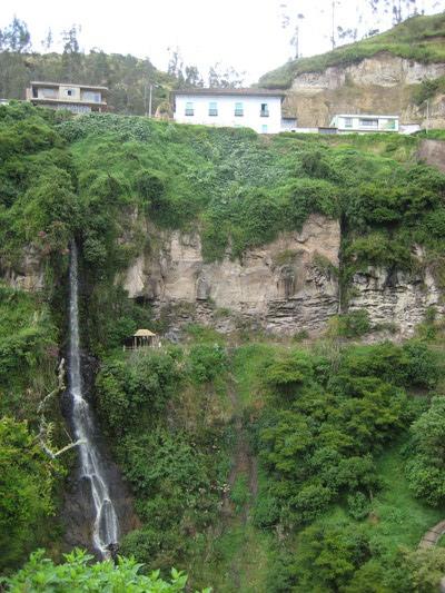 對面的山壁上有瀑布