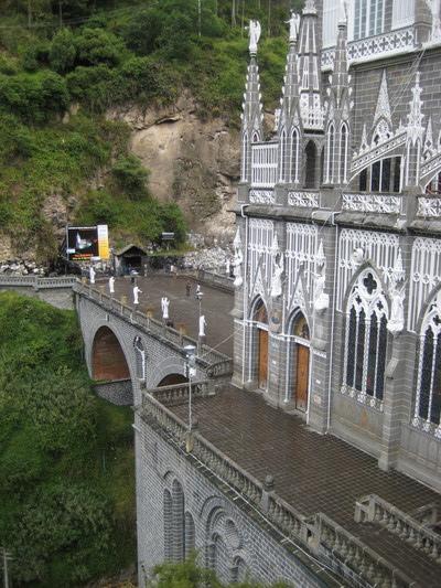 也可以看成是座蓋在橋上的教堂