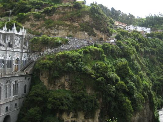沿著山壁下到教堂的路