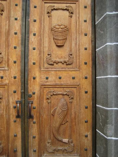門上有魚與麵包的雕飾