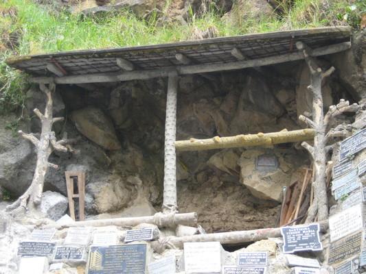 棚子裡的山壁就是1754年有聖母顯像之處,很多人來祈禱,那些拐杖是受傷痊癒的人來還願的