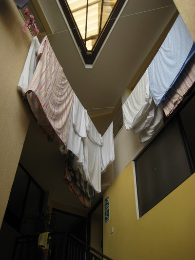 上面可以晾衣服(看出房子是三角形)