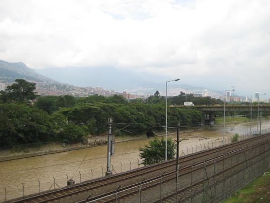 捷運大致沿著Rio Medellin開,河水黃濁而且沿岸有垃圾