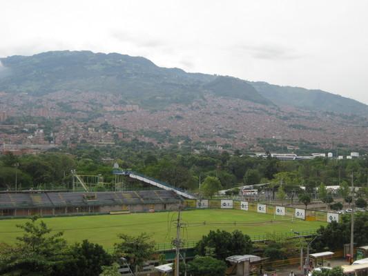 足球場與山坡上的社區