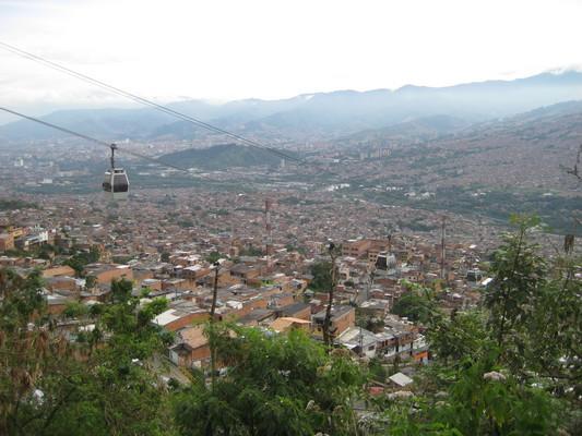 遠望整個Medellin市區(一整片紅磚色)