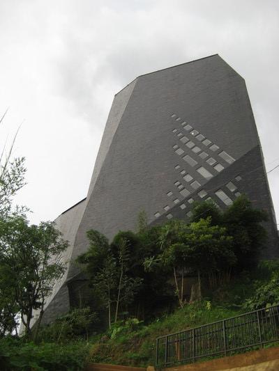 很有特色的建築,像兩塊玄武石柱(Biblioteca Espana)