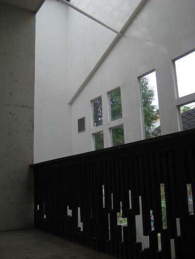 周圍挑高五層樓來通風(Biblioteca Espana)