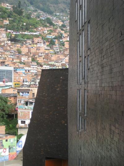 圖書館與背後的社區(Biblioteca Espana)