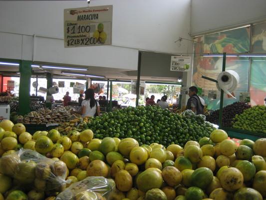 這邊的百香果皮是黃綠色的(Popayan的水果鋪)