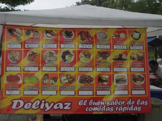 賣各種炸物的攤販,選項眾多(Medellin)