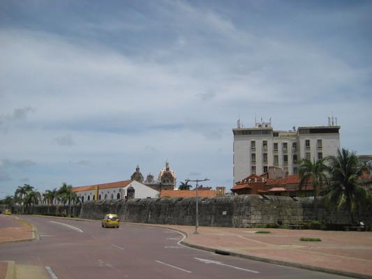 城牆與牆外的四線道大馬路(過馬路的時候會有警察把所有車子攔下來喔~)