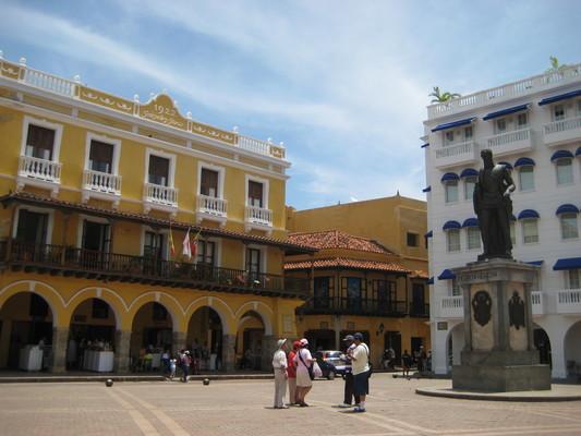 走進城門後,看到廣場的是當年的奴隸市場,每天傍晚會有非洲舞者街頭賣藝。雕像是Pedro de Heredia,決定在此設城的人。