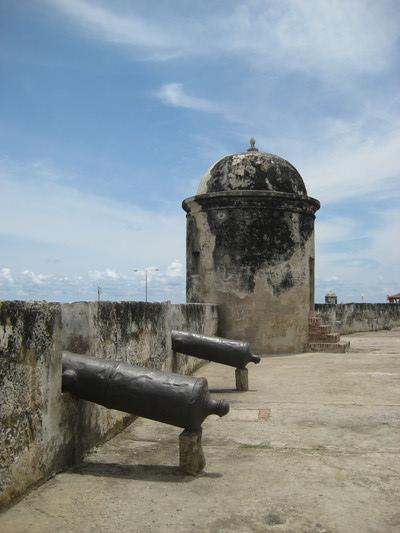 當年為了防禦海上來的攻擊,城牆上有好幾個哨堡與砲管