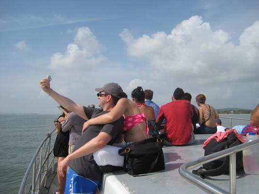 充滿渡假心情的遊客們,迫不及待在甲板上開始日光浴...
