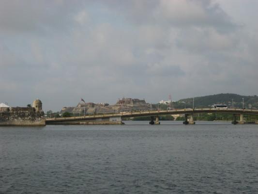 跨過內海的橋,橋頭的哨堡以前要與後面的大堡壘互通信號(用燈火+鏡子)